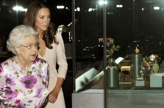 Duchess of Cambridge and the Queen Dress Exhibition
